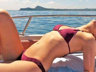 Frau nimmt Sonnenbad