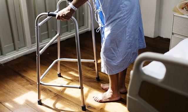 Alter Mensch mit Gehhilfe